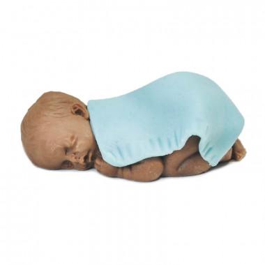 Donkere baby van marsepein met blauw dekentje