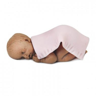 Donkere baby van marsepein met roze dekentje