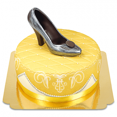 Gouden deluxe taart met chocolade-schoen en lint