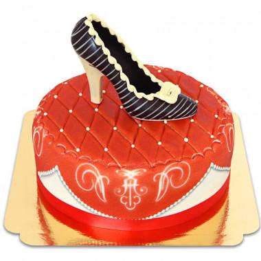Rode deluxe taart met chocolade schoen en lint