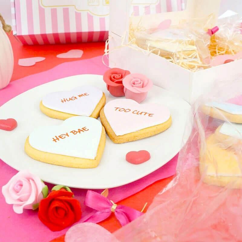 Keks-Herzen mit Liebesbotschaft