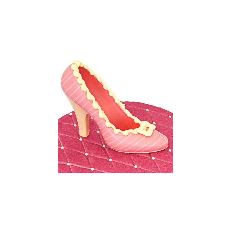 Różowy czekoladowy pantofelek w białe paseczki na torcie
